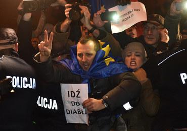 Awantura w Krakowie. Protestujący próbowali uniemożliwić politykom PiS wjazd na Wzgórze Wawelskie