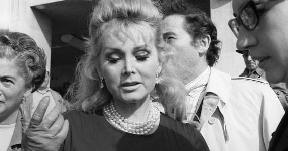 """W wieku 99 lat zmarła w Los Angeles amerykańska aktorka węgierskiego pochodzenia Zsa Zsa Gabor – poinformował jej mąż ks. Frederic von Anhalt. Gabor była mniej znana ze swych dokonań. Stała się sławna dzięki """"jet setting"""" – piszą agencje."""