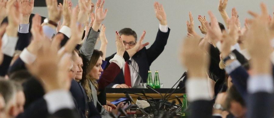 """Na stronach internetowych Sejmu opublikowano wyniki piątkowych głosowań, które odbyły się w Sali Kolumnowej. Wynika z nich m.in., że za przyjęciem projektu budżetu na 2017 rok głosowało - 236 posłów, """"za"""" było 234, przeciw - 2, nikt nie wstrzymał się od głosu. Nie głosowało 224 posłów. Do wyników głosowania dołączono skany papierowych protokołów z podpisem sekretarzy liczących głosy."""