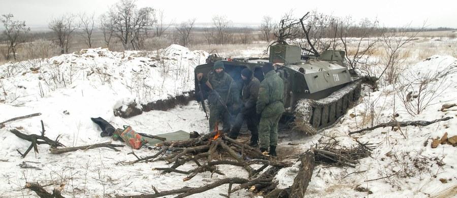 Prorosyjscy separatyści na wschodzie Ukrainy wznowili w poniedziałek ataki na siły rządowe w okolicach strategicznie ważnego miasta Debalcewe, gdzie w niedzielę zginęło pięciu ukraińskich żołnierzy - poinformował rzecznik armii w Kijowie, Leonid Matiuchin.