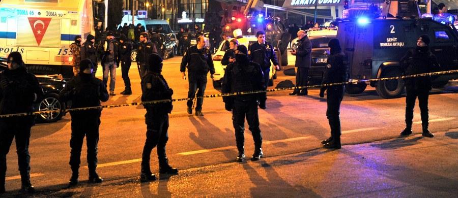 Turecka policja zatrzymała mężczyznę, który rano kilkukrotnie  strzelił w powietrze przed ambasadą Stanów Zjednoczonych w Ankarze. Dzień wcześniej w tureckiej stolicy został zabity ambasador Rosji.