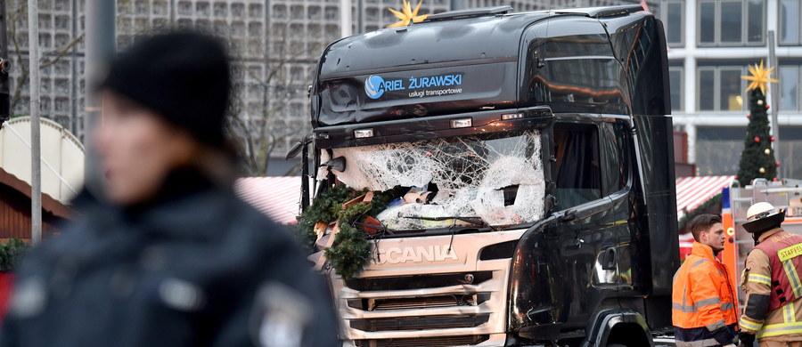 Polski kierowca ciężarówki, użytej do zamachu w Berlinie, został zastrzelony - potwierdza minister spraw wewnętrznych Brandenburgii Karl-Heinz Schroeter. Polak zginął z rąk zamachowca, który potem wjechał tirem w tłum ludzi. Zabił 12 osób, ranił 48.