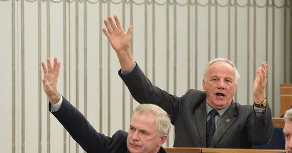 Senat przystąpił do pracy nad ustawą dezubekizacyjną, uchwaloną w piątek w sali kolumnowej Sejmu podczas burzliwych  obrad. Opozycja grzmi, że wszystkie głosowania, które wtedy przeprowadzono, są nieważne. Mimo to PiS włączył dwie z procedowanych wówczas ustaw do dzisiejszych obrad Izby Wyższej. Wcześniej senacka komisja rodziny zarekomendowała przyjęcie bez poprawek tzw. ustawy obniżającej świadczenia b. funkcjonariuszy aparatu bezpieczeństwa PRL. Odrzucono wniosek PO o przerwanie obrad komisji - senatorowie PO opuścili posiedzenie.