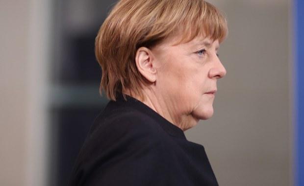 Premier Beata Szydło rozmawiała telefonicznie z kanclerz Niemiec Angelą Merkel, złożyła kondolencje i wyraziła gotowość do współpracy polskich służb w wyjaśnianiu przyczyn poniedziałkowej tragedii w Berlinie. Jak poinformował rzecznik rządu Rafał Bochenek, także Angela Merkel przekazała kondolencje na ręce Szydło, z powodu tego, że ofiarą zamachu był też polski obywatel.