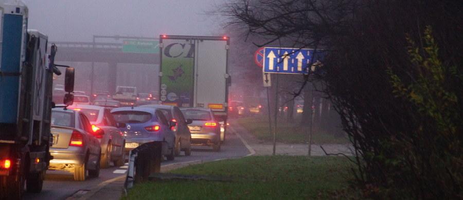 """Według prognoz w godzinach popołudniowych i wieczorem pogorszy się jakość powietrza w Warszawie. """"Osoby starsze, chorujące na drogi oddechowe oraz dzieci powinny ograniczyć spędzanie czasu na zewnątrz"""" - czytamy w oficjalnym komunikacie stołecznego Ratusza, który pojawił się w mediach społecznościowych."""