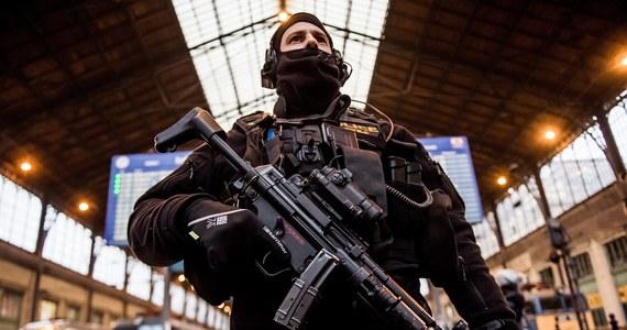 Austriacka policja rozda przed Sylwestrem kobietom 6 tys. alarmów kieszonkowych, które mają zapobiec atakom na nie podczas świętowania Nowego Roku. W ubiegłego Sylwestra w Kolonii w Niemczech doszło do licznych przypadków molestowań i okradania kobiet.