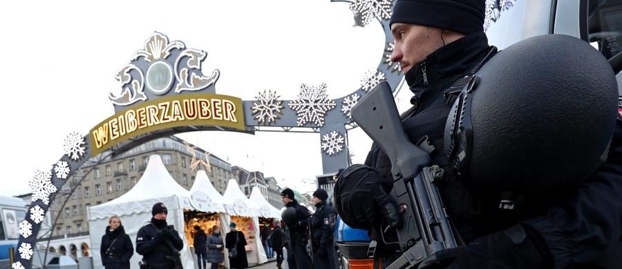 """Państwo Islamskie (IS) przyznało się do poniedziałkowego zamachu w Berlinie - podała agencja Amak. Wcześniej z aresztu zwolniono zatrzymanego po ataku 23-letniego Pakistańczyka. Mężczyzna, który wjechał w tłum ludzi na bożonarodzeniowym jarmarku wciąż ma broń, jest na wolności i w dalszym ciągu może być niebezpieczny - twierdzi """"Die Welt"""". W zamachu zginęło co najmniej 12 osób. 48 zostało rannych, w tym wiele ciężko. Według najnowszych ustaleń polski kierowca ciężarówki, którą wykorzystano podczas ataku, został wcześniej zastrzelony. W sprawie zabójstwa kierowcy oraz zamachu w Niemczech śledztwo wszczęła polska Prokuratura Krajowa. Aktualne informacje z Berlina relacjonowaliśmy na bieżąco specjalnie dla Was."""