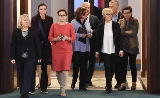 Symbolika okupowania sali plenarnej Sejmu przez posłów opozycji jest doniosła i imponująca. Niestety nie wiem, co dokładnie symbolizuje.
