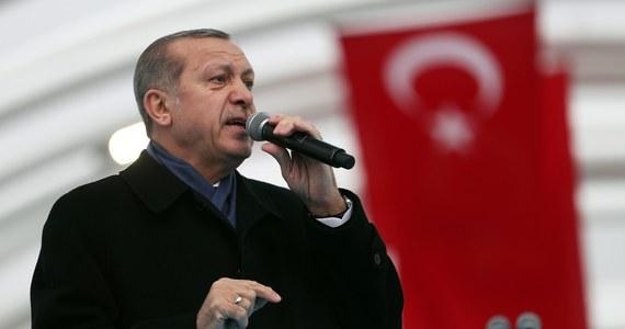 Młody policjant, który zastrzelił ambasadora Rosji w Ankarze, osiem razy ochraniał od lipca prezydenta Turcji Recepa Tayyipa Erdogana - informuje miejscowa prasa. W lipcu doszło w Turcji do nieudanej próby zamachu stanu.