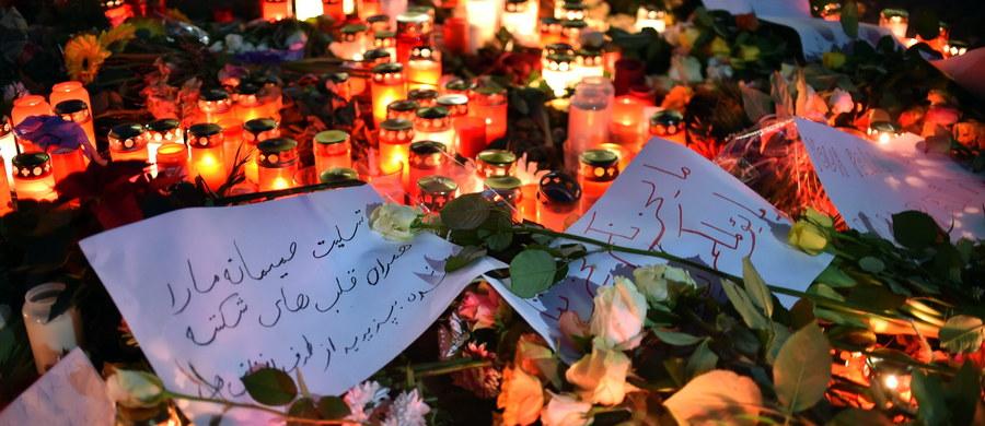Dziś pierwszy raz od poniedziałku otwarty został jarmark bożonarodzeniowy w Berlinie, na którym został przeprowadzony atak terrorystyczny. Ciężarówka prowadzona prawdopodobnie przez poszukiwanego obecnie Tunezyjczyka zabiła jedenaście osób. Dwunastą ofiarą jest polski kierowca zastrzelony przez zamachowca. W sprawie Polaka powstała petycja do prezydenta Niemiec.