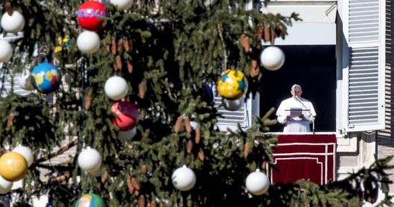 Papież zadzwonił w czwartek do porannego programu we włoskiej telewizji publicznej RAI. Podczas połączenia na żywo złożył widzom i prowadzącym świąteczne życzenia.