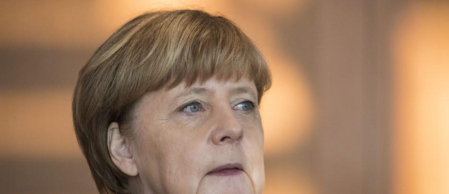 """Dyskusja o cenie humanitarnej postawy wobec uchodźców po zamachu na jarmark bożonarodzeniowy w Berlinie będzie najpoważniejszym sprawdzianem dla kanclerz Niemiec Angeli Merkel i zdecyduje o jej politycznej przyszłości - pisze w czwartek """"Sueddeutsche Zeitung"""". Wybory parlamentarne odbędą się w Niemczech na jesieni 2017 roku."""