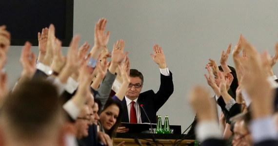 """""""Nie brałem udziału jako sekretarz Sejmu w hucpie, jaką PiS zrobiło na Sali Kolumnowej"""" - napisał na Twitterze poseł Krystian Jarubas z PSL. To on miał rzekomo liczyć głosy podczas ostatniego posiedzenia w Sali Kolumnowej Sejmu, kiedy to głosowany był budżet na przyszły rok. Również wymieniona przez marszałka Sejmu Elżbieta Borowska z Kukiz'15 oświadczyła, że nie liczyła głosów."""