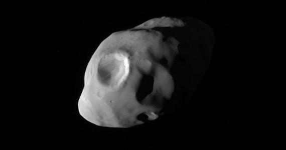 NASA opublikowała najnowsze, jedno z najlepszych do tej pory zdjęć księżyca Saturna, Pandory. Sonda Cassini wykonała je w minioną niedzielę podczas najbliższego w historii przelotu obok kosmicznej skały, przypominającej ziemniaka o rozmiarach 104×81×64 kilometrów. Sonda wykonała zdjęcie z pomocą swej wąskokatowej kamery z odległości nieco ponad 40 tysięcy kilometrów. Widać na nim wyraźnie dwa najwieksze kratery o srednicy około 30 kilometrów.