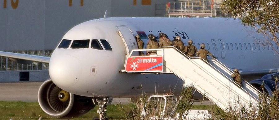 Dwaj porywacze, którzy uprowadzili w piątek samolot libijskich linii Afriqiyah Airways i zmusili pilotów do lądowania na Malcie, użyli do tego atrap broni - poinformował na Twitterze premier Malty Joseph Muscat. Według premiera, takie są wstępne ustalenia maltańskich służb badających porwanie.