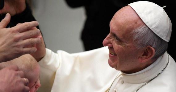Świątecznej tradycji stało się zadość: papież Franciszek odwiedził swego emerytowanego poprzednika Benedykta XVI, by złożyć mu bożonarodzeniowe życzenia.