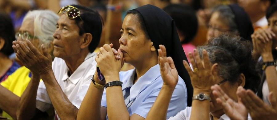 16 osób zostało rannych w wyniku eksplozji granatu w pobliżu katolickiego kościoła na wyspie Mindanao na południu Filipin. Jak poinformował Bernardo Tayong - szef policji w miejscowości Midsayap, większość rannych to osoby, które stały na zewnątrz kościoła podczas pasterki.