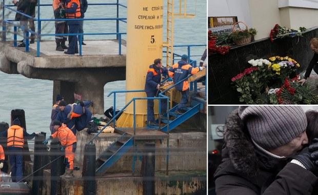 Wciąż nie udało się odnaleźć wszystkich ciał ofiar katastrofy rosyjskiego samolotu, który w niedzielę nad ranem najpierw zniknął z radarów, a potem okazało się, ze spadł do Morza Czarnego. Tu-154 należał do resortu obrony Rosji. Na pokładzie były 92 osoby, w tym muzycy ze słynnego Chóru Aleksandrowa. Wszyscy zginęli. Samolot miał lecieć do syryjskiej prowincji Latakia, gdzie artyści mieli dać noworoczny koncert. Jak na razie jako przyczynę katastrofy wskazuje się awarię techniczną lub błąd pilota. Prezydent Rosji zapowiedział, że poniedziałek będzie dniem żałoby narodowej w jego kraju.