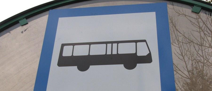 Ponad 3,5 promila alkoholu w wydychanym powietrzu miał kierowca podmiejskiego autobusu w Bielawie w powiecie dzierżoniowskim na Dolnym Śląsku. Mężczyzna nie zatrzymał się do kontroli drogowej i staranował stojący na poboczu radiowóz. Informację o tym zdarzeniu dostaliśmy na Gorącą Linię RMF FM.