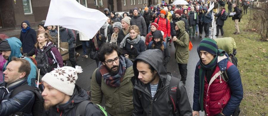 Kilkuset aktywistów wyruszyło w poniedziałek ze stolicy Niemiec w marszu pokoju, który zakończyć się ma dopiero na pograniczu turecko-syryjskim. W ten sposób uczestnicy akcji chcą zaapelować o zakończenie trwającej od ponad pięciu lat wojny w Syrii.
