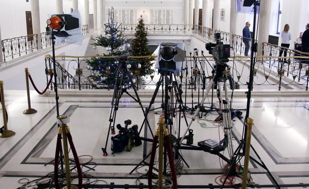 To nie marszałek Sejmu, ale komendant Straży Marszałkowskiej zabrania dziennikarzom wstępu do Sejmu na podstawie jednorazowych przepustek. Tak wynika z odpowiedzi Biura Prasowego Sejmu, jaką na pytanie o podstawy prawne ograniczeń otrzymał nasz dziennikarz. Jedyne ograniczenia wprowadzone zarządzeniem marszałka Kuchcińskiego przestały obowiązywać przed tygodniem.