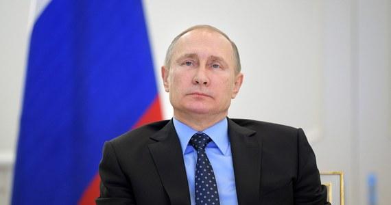 """Centrum obrony praw człowieka wchodzące w skład Stowarzyszenia Memoriał zostało ukarane grzywną za zamieszczenie na swojej stronie materiałów bez podania statusu """"zagranicznego agenta"""" - poinformował przedstawiciel organizacji Aleksandr Czerkasow. Grzywna nałożona przez sąd w Moskwie wynosi 300 tys. rubli (ok. 4,9 tys. dolarów) - napisał na Facebooku. Przypomniał, że 14 grudnia Memoriał został już ukarany grzywną w tej samej wysokości """"za podobne przewinienie""""."""