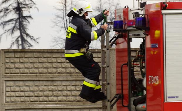"""72 osoby ewakuowała straż pożarna z pensjonatu """"Halny"""" w Zakopanem, w którym wybuchł pożar poddasza. Po przewietrzeniu pomieszczeń ewakuowani mogli wrócić do swoich pokoi."""