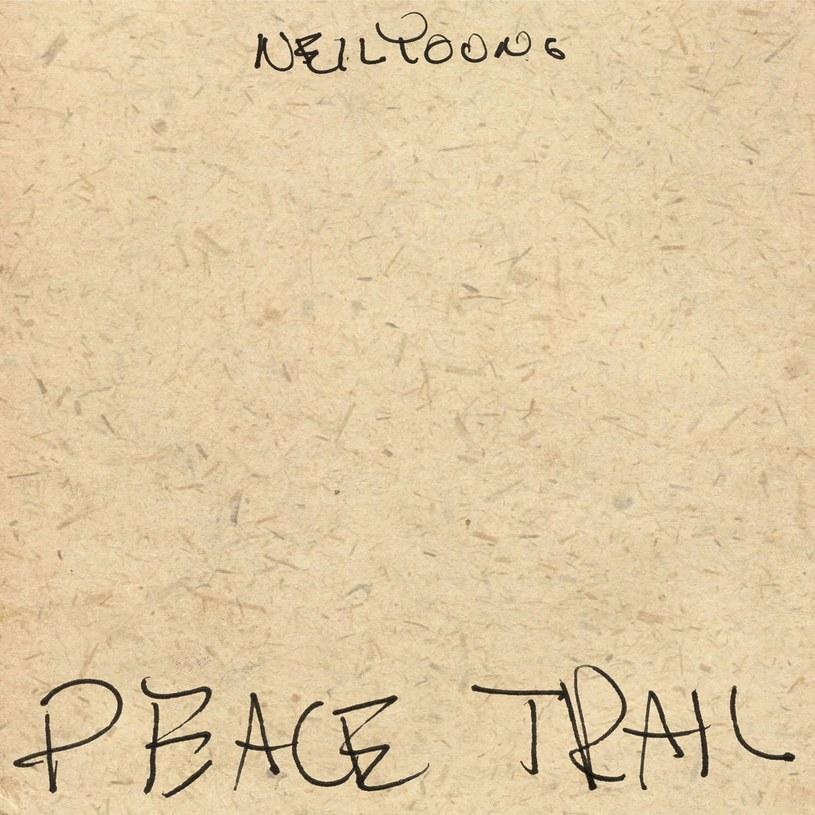 Neil Young, 71-letni wiecznie zbuntowany artysta, wymykając się przez dziesięciolecia ścisłym ramom gatunkowym i oczekiwaniom fanów, zyskał sobie status niepokornej supergwiazdy muzyki alternatywnej. Właśnie wraca z 37. studyjnym albumem, w którym krytykując obecną sytuację polityczno-społeczną w USA, przy okazji przypomina całemu współczesnemu zachodniemu światu o najważniejszych wartościach humanistycznych.