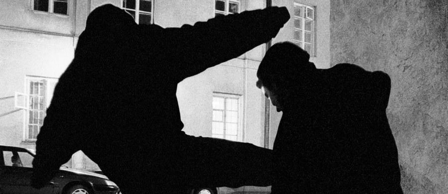 Nożownik, poszukiwany w związku z zabójstwem w noc wigilijną wpadł w ręce policji. Jak ustalił dziennikarz RMF FM policjanci z wydziału kryminalnego zatrzymali Kamila J. - uczestnika bójki, do której doszło w sobotę w nocy na warszawskim Mokotowie.