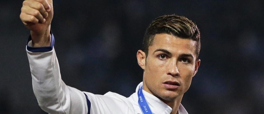 Trwa chińska ofensywa na piłkarskim rynku transferowym. Jeden z tamtejszych klubów, jak ujawnił agent Cristiano Ronaldo Jorge Mendes, zaproponował Realowi Madryt 300 milionów euro za Portugalczyka, a jemu pensję w wysokości 100 mln rocznie. Oferta nie została przyjęta.
