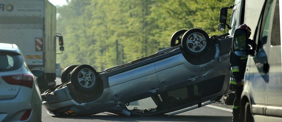 Ustalenie maksymalnej stawki za OC, dopuszczalnego wzrostu jej ceny i ograniczenie wysokości wypłacanych odszkodowań - takie propozycje przygotowało Prawo i Sprawiedliwość. Mają one zatrzymać podwyżki obowiązkowego ubezpieczenia samochodu.