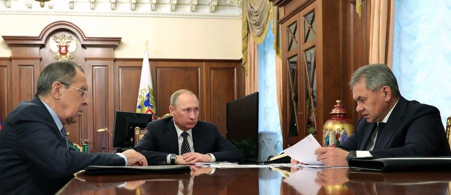 Szef rosyjskiej dyplomacji Siergiej Ławrow oświadczył w piątek, że MSZ zaproponował prezydentowi Władimirowi Putinowi uznanie 35 amerykańskich dyplomatów za osoby niepożądane. Dodał, że zarzuty o ingerowaniu Rosji w wybory prezydenckie w USA są bezpodstawne.