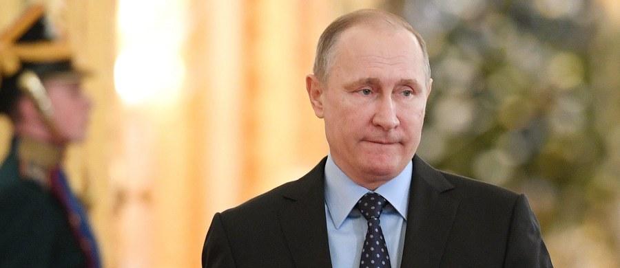 Prezydent Rosji Władimir Putin odmówił wydalenia dyplomatów amerykańskich z terenów Federacji. Wcześniej ustępująca administracja Baracka Obamy wydaliła 35 Rosjan z USA i nałożyła sankcję m.in. na Federalną Służbę Bezpieczeństwa (FSB) i Główny Zarząd Wywiadowczy Sztabu Generalnego (GRU).