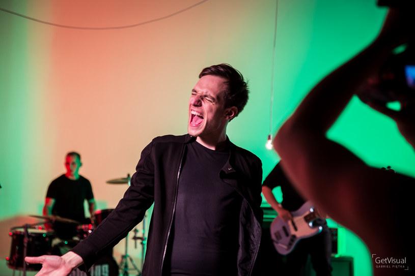 """Na początku 2017 r. ukaże się debiutancka płyta rockowej grupy Spring Rolls, która niedawno wypuściła teledysk """"RGB"""" z udziałem popularnego aktora Marcina Kwaśnego."""