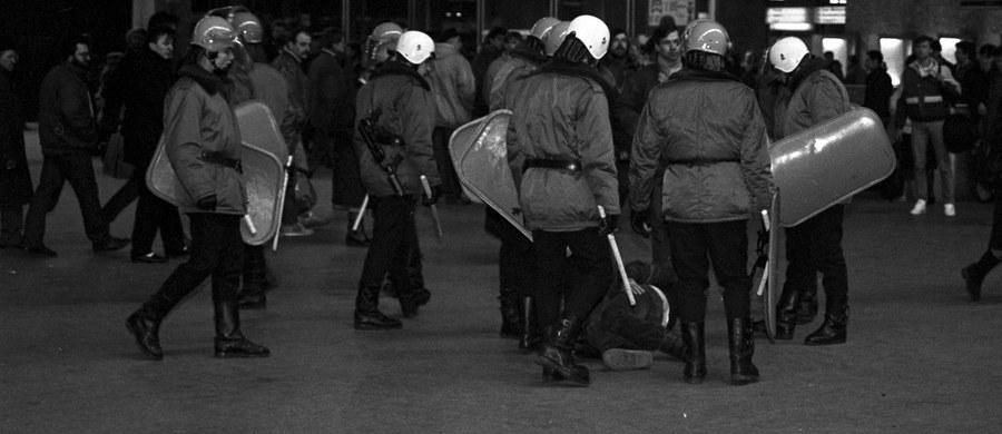 Prezydent Andrzej Duda podpisał tzw. ustawę dezubekizacyjną obniżającą emerytury i renty byłych funkcjonariuszy aparatu bezpieczeństwa PRL oraz ich rodzin. Świadczenia dla nich nie będą mogły być wyższe niż średnie emerytury i renty wypłacane przez ZUS.