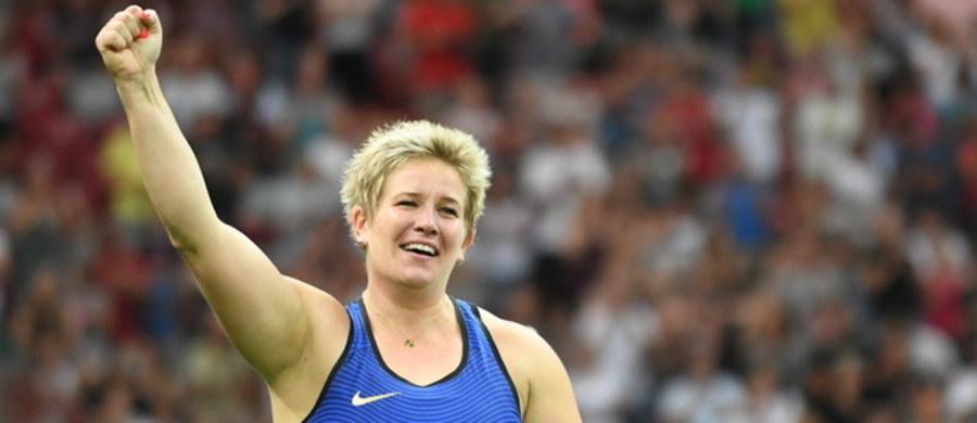 """Mistrzowie olimpijscy Anita Włodarczyk i Wayde van Niekerk zostali uznani lekkoatletami roku przez wydawany w USA miesięcznik """"Track and Field News"""". Polska młociarka po raz drugi wygrała ten prestiżowy plebiscyt. Triumfowała także w 2014 roku."""