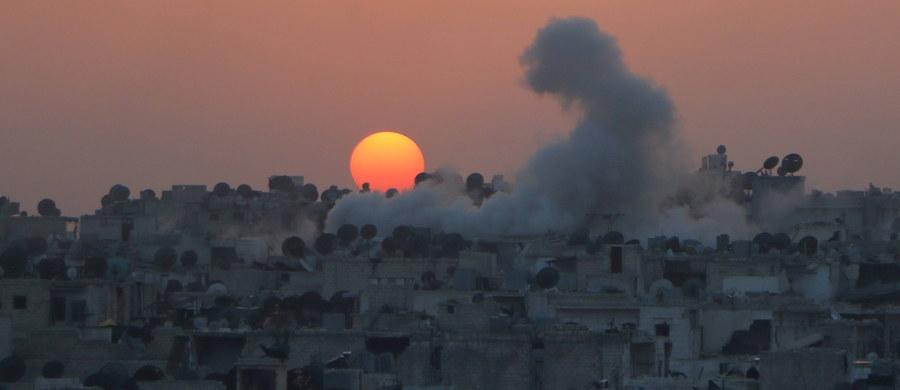 Bastiony Państwa Islamskiego, wyłączone z zawieszenia broni, które obowiązuje w Syrii od piątku, były nadal celem ataków wojsk rządu syryjskiego, rebeliantów popieranych przez Turcję i milicji kurdyjsko-syryjskich.