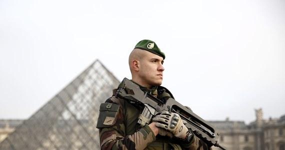 """Ponad 100 tys. policjantów, żandarmów i żołnierzy czuwać będzie nad bezpieczeństwem obywateli podczas nocy sylwestrowej we Francji. Prefekt policji Paryża Michel Cadot zaapelował do mieszkańców miasta, by """"zachowali czujność i byli uważni""""."""