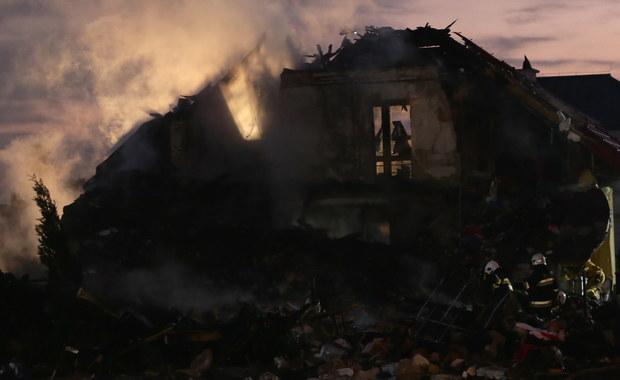 Strażacy przeszukujący pogorzelisko domu zniszczonego po wybuchu sklepu z fajerwerkami znaleźli ciało prawdopodobnie poszukiwanej 22-letniej kobiety - dowiedzieli się nieoficjalnie reporterzy RMF FM. Po eksplozji w magazynie sklepu budynek częściowo się zawalił. Po zakończeniu akcji strażaków policja będzie prowadzić postępowanie w sprawie pożaru.