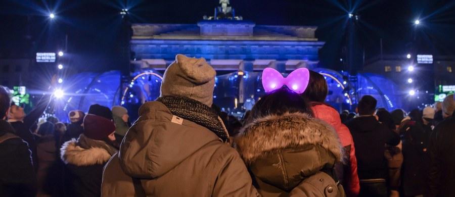 """Niemiecka policja podała wieczorem, że zatrzymała mężczyznę, który na imprezie sylwestrowej pod Bramą Brandenburską w centrum Berlina krzyczał: """"bomba, bomba, bomba!"""". Mężczyzna spędzi resztę sylwestra w areszcie."""