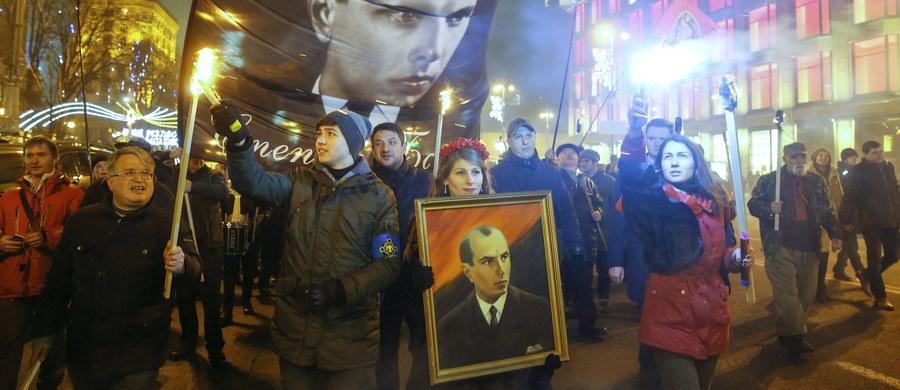 Ponad 1000 osób przeszło ulicami stolicy Ukrainy, Kijowa, w dorocznym marszu w 108. rocznicę urodzin przywódcy ukraińskich nacjonalistów Stepana Bandery. Jego uczestnicy nieśli zapalone pochodnie i wykrzykiwali nacjonalistyczne hasła. Podobne marsze odbyły się w Zaporożu i Lwowie. Uczestniczyło w nich po kilkaset osób – donoszą lokalne media.