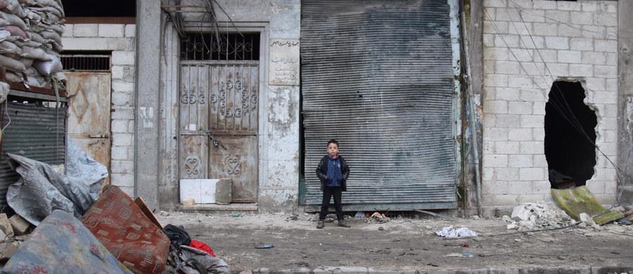 Ok. 1,3 tys. cywilów uciekło w sobotę i niedzielę z regionu pod Damaszkiem, kluczowego dla dostaw wody dla stolicy Syrii, przez walki sił rządowych z grupami rebeliantów, w tym z nieuznającym rozejmu ruchem Dżabhat Fatah al-Szam. Informację przekazało wojsko syryjskie.
