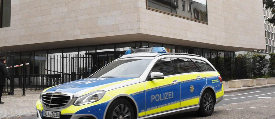 """Niemieckie służby zatrzymały Syryjczyka, który jest podejrzany o planowanie zamachu w noworoczną noc w Saarbrucken - informuje """"Der Spiegel"""". Mężczyzna chciał wjechać w tłum samochodem przemalowanym na radiowóz."""