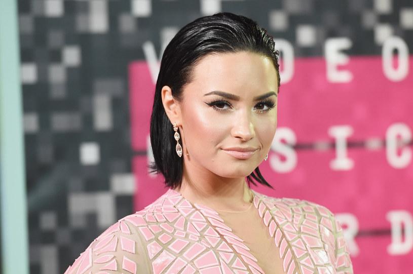 """W 2016 roku w sieci zainteresowanie wywołały m.in. """"Manequinn Challenge"""" oraz """"Dub Challenge"""", natomiast na początku 2017 roku spora grupa internautów zaczęła bawić się w """"Demi Lovato Callenge""""."""