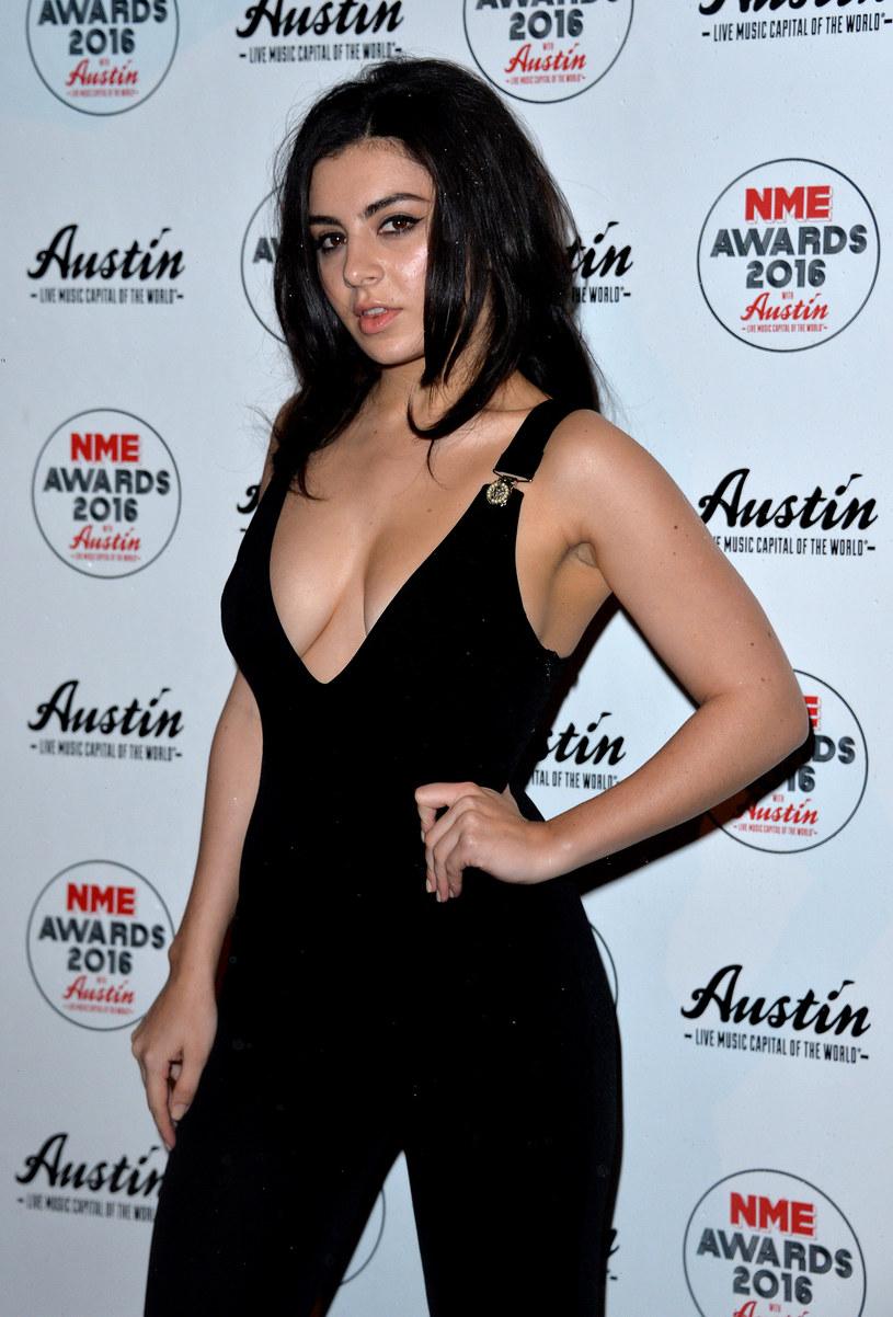 Informacje o próbie podboju branży muzycznej przez Kylie Jenner dotarły m.in. do Charli XCX. Wokalistka popiera starania gwiazdy.