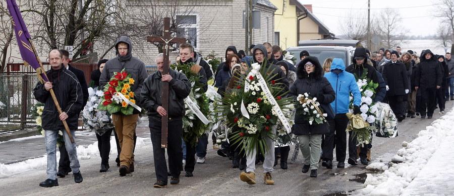 W miejscowości Słucz na Podlasiu niedaleko Grajewa zakończył się pogrzeb 21-letniego Daniela, który w sylwestrową noc został śmiertelnie raniony nożem. Do tragedii doszło w Ełku przed jednym z barów z kebabem. Dzień po zabójstwie w mieście wybuchły zamieszki: zniszczono m.in. lokal, przed którym zginął 21-latek oraz mieszkanie jednego z podejrzanych o zabójstwo obcokrajowców. W radiowozy i policjantów rzucano kamieniami i petardami. Szef MSWiA Mariusz Błaszczak powiedział, że winni niszczenia mienia poniosą odpowiedzialność.