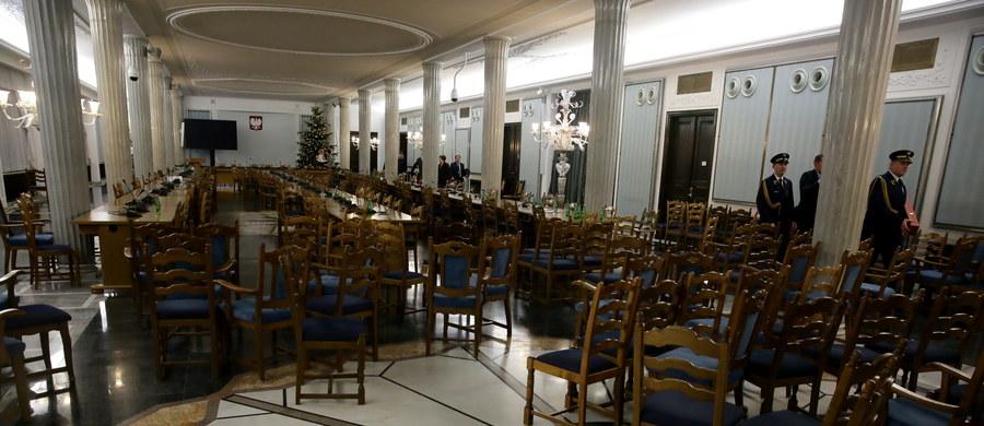 Kancelaria Sejmu przygotowuje się do wznowienia obrad 11 stycznia poza salą plenarną - dowiedział się reporter RMF FM Mariusz Piekarski. Tego dnia wolna ma być sala kolumnowa, w której 16 grudnia posłowie PiS głosowali nad budżetem. W sali kolumnowej miała pracować komisja śledcza do spraw Amber Gold, ale jej posiedzenie zostało przeniesione do innego budynku.