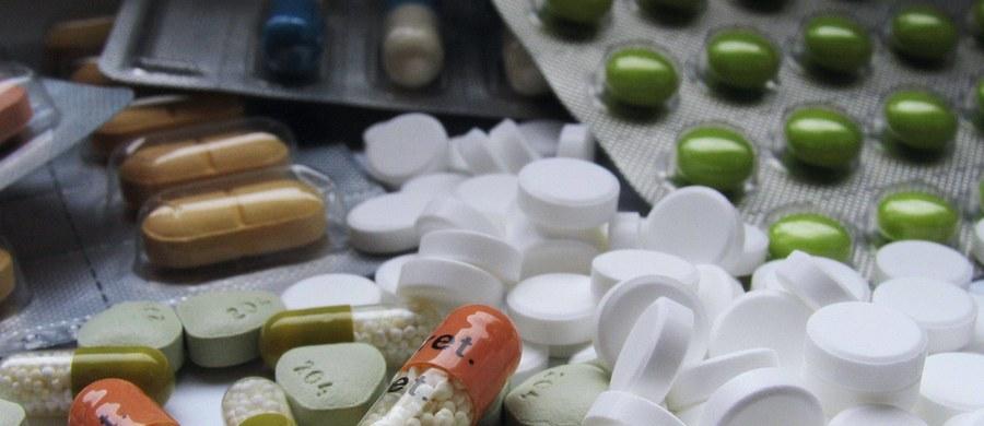 """Dziesięciu miliardów złotych będą domagać się od Skarbu Państwa polscy aptekarze, jeżeli wejdzie w życie ustawa """"Apteka dla aptekarza"""". Nowelizacja prawa farmaceutycznego, zgłoszona jako projekt poselski PiS, zdewastuje polski rynek apteczny i zaszkodzi pacjentom - mówi RMF FM prezes Związku Pracodawców Aptecznych."""