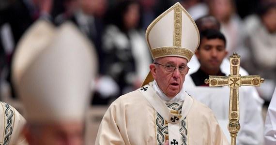 """Papież Franciszek pozdrowił w piątek uczestników odbywającego się w Warszawie Orszaku Trzech Króli. Podczas spotkania w Watykanie w uroczystość Objawienia Pańskiego mówił, by nie podążać za """"oślepiającymi światłami"""". Wierni otrzymali od papieża prezent."""