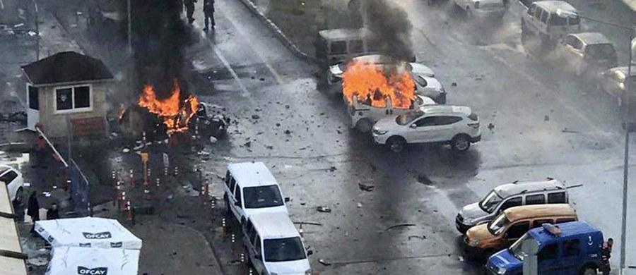 Turecka policja aresztowała 18 ludzi w związku z czwartkowym zamachem terrorystycznym w Izmirze, w którym zginęły dwie osoby - poinformował minister sprawiedliwości Bekir Bozdag. Oskarżył jednocześnie o ten atak rebeliantów kurdyjskich.